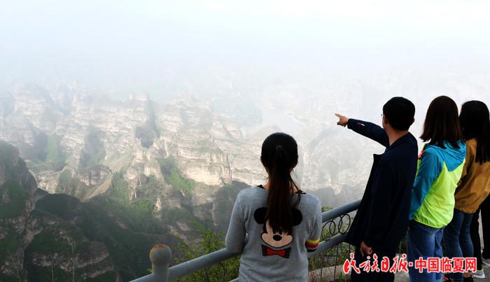 游客在甘肃炳灵丹霞国家地质公园游览.JPG