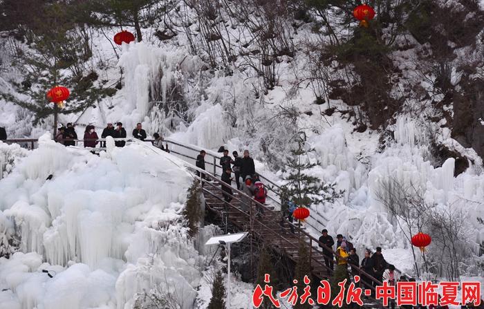 游客在积石山县大墩峡景区游览.JPG